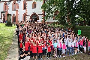 alle Teilnehmer vor der Kirche
